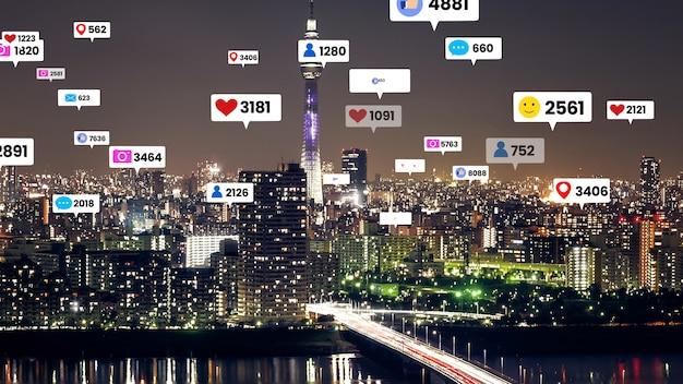 Les icônes de médias sociaux survolent le centre-ville de la ville montrant la connexion de l'engagement des gens