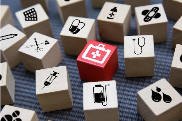 Icônes médicales sur bloc de bois.