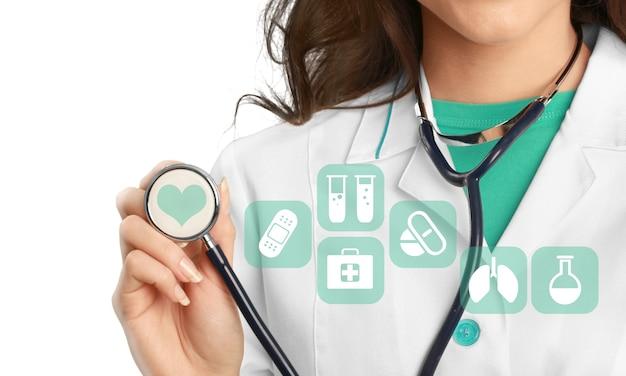 Icônes médicales et jeune médecin avec stéthoscope