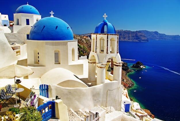 Iconic santorini - la plus belle île d'europe. vue avec des églises traditionnelles dans le village d'oia. grèce