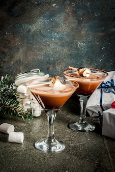 Idée de boissons du nouvel an et de noël, martini aux smores grillés