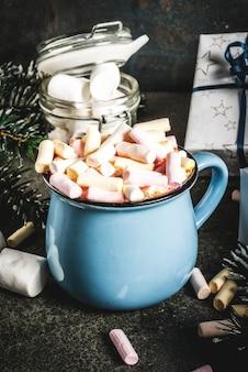 Idée de boissons de nouvel an et de noël, tasse de chocolat chaud avec guimauve