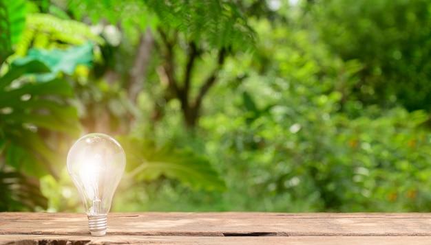 Idée concept ampoule émettant sur fond bokeh