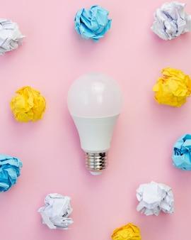 Idée de concept d'ampoule et papiers