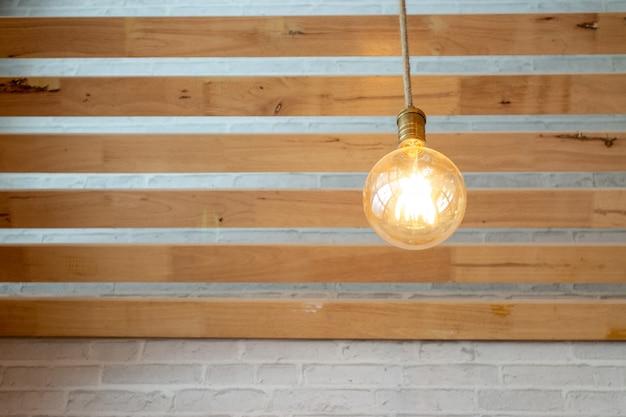 Idée concept, ampoules dans le plafond à lattes