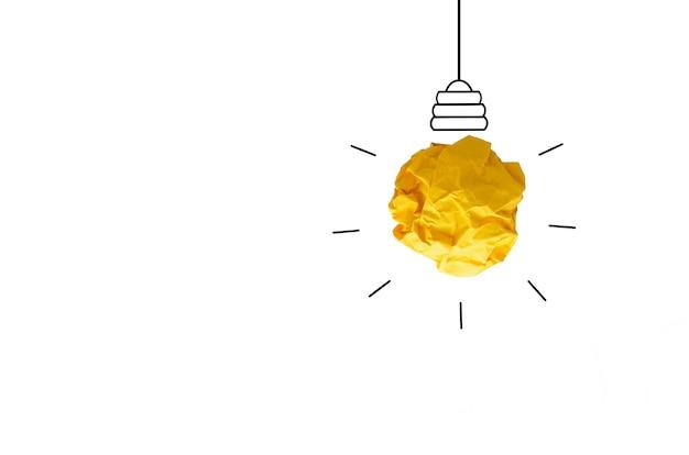 Idée de concept froissé ampoule de papier sur backgournd blanc