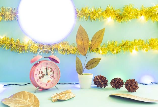 Idée de concept minimaliste affichant des produits. arrière-plans de noël et du nouvel an. réveil. fleur de pin
