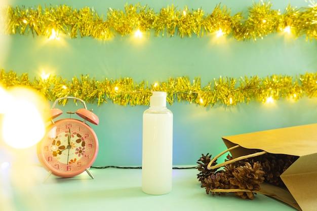 Idée de concept minimaliste affichant des produits. bouteilles cosmétiques sur fond de noël et du nouvel an. réveil. fleur de pin