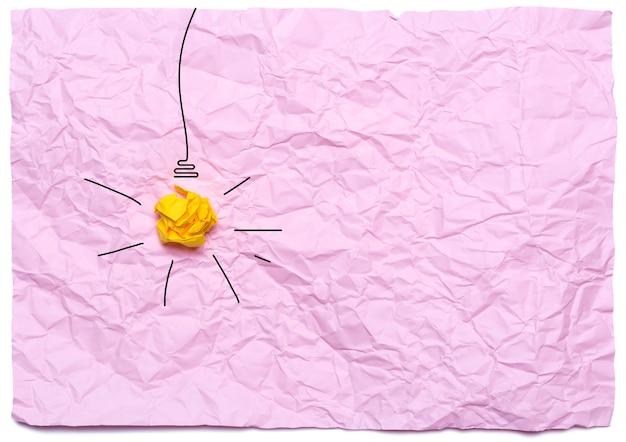 Idée créative avec ampoule allumée sur fond rose
