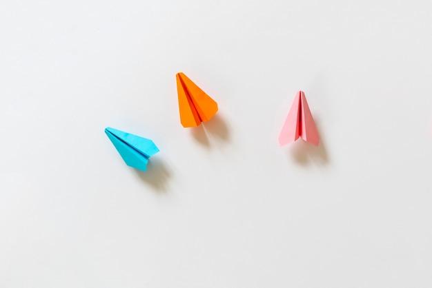Une idée créative des avions en papier avec des pistes, vue d'en haut, concept de voyage simple