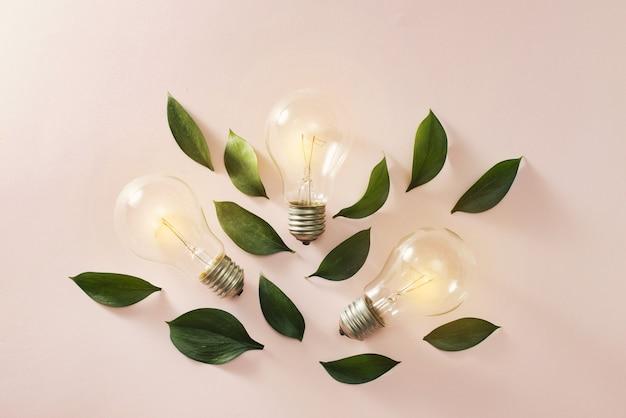 Idée créative, concept d'inspiration avec ampoule sur fond bleu