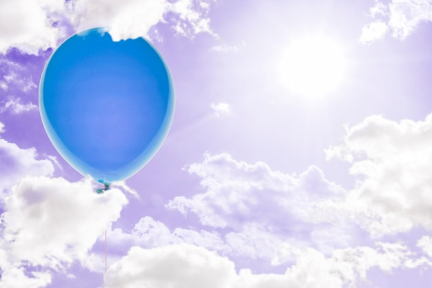 Une idée créative du ballon et du coffret cadeau s'envolent dans les airs