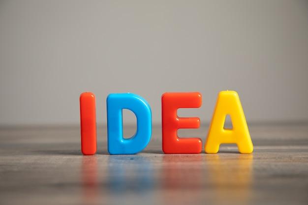 L'idée est écrite sur la table en lettres multicolores