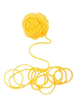 L'idée est un fil emmêlé. pelote de laine jaune sur blanc isolé