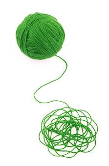 L'idée est un fil emmêlé. pelote de laine verte sur fond blanc