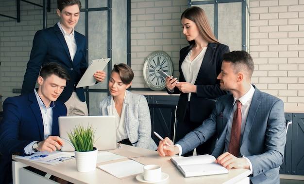 Idée de génie. groupe de gens d'affaires regardant l'ordinateur portable ensemble.