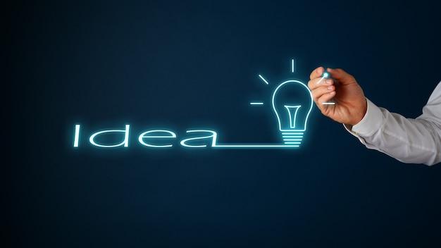 Idée de mot continue dans une ampoule dessinée sur une interface numérique sur fond bleu marine.