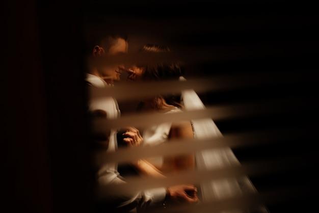 Idée photo créative de la photographie de mariage avec réflexion. jeunes mariés éclairés par des lumières.