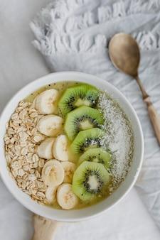 Idée de recette de bol de petit-déjeuner sain à l'avoine flatlay