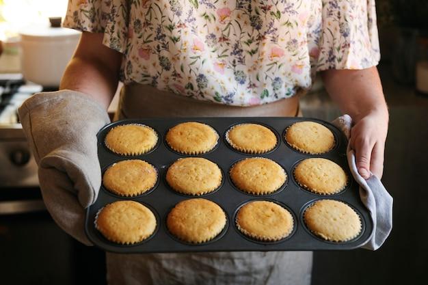 Idée de recette de photographie culinaire de cupcakes fraîchement sortis du four
