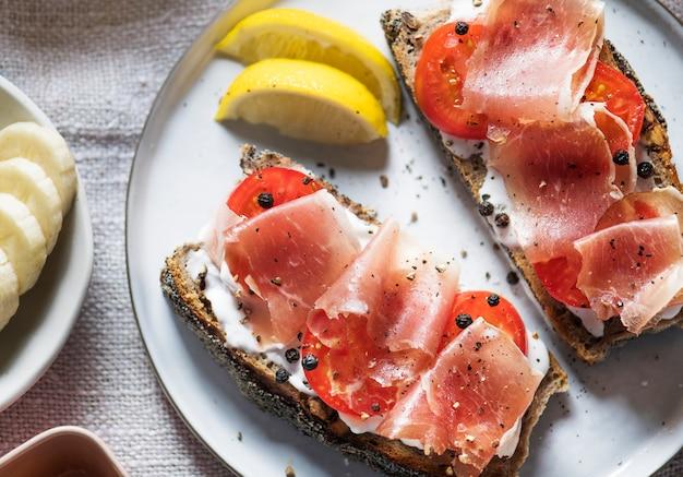 Idée de recette de photographie culinaire sandwich au prosciutto