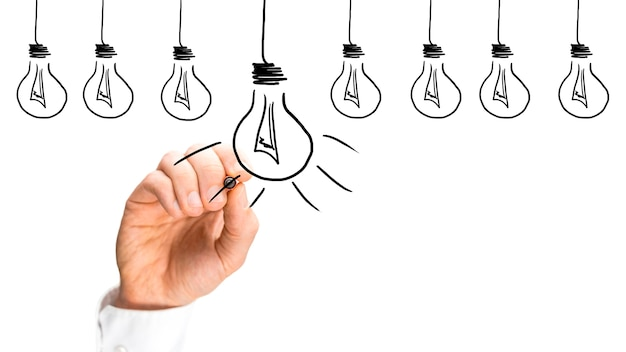 Idées et concept d'inspiration avec une rangée d'ampoules dessinées à la main sur une interface virtuelle