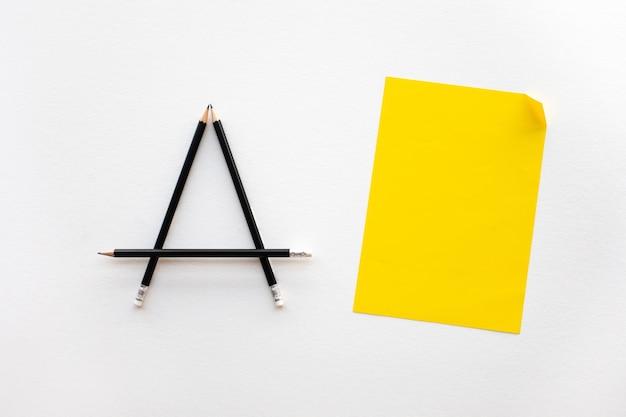 Idées de créativité et d'inspiration avec un crayon et du papier sur blanc