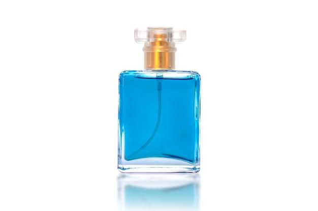 Idées de produits de beauté. flacons de parfum bleu isolés sur fond blanc avec le tracé de détourage.