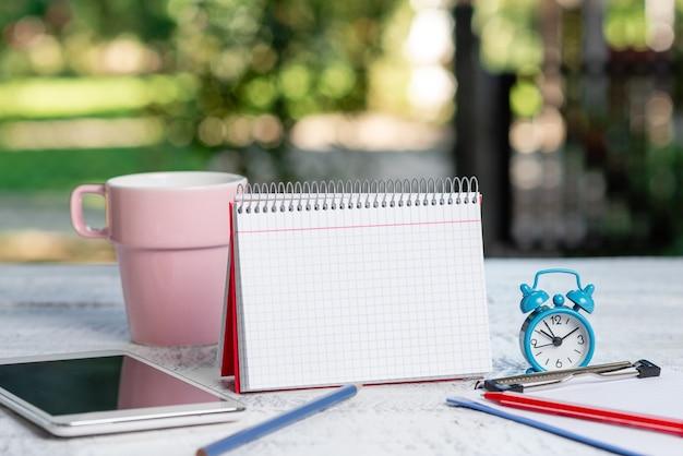 Idées de rafraîchissements de café en plein air, expérience de travail dans un café, rédaction de notes importantes, rédaction de nouvelles lettres, création d'articles écrits, gestion d'entreprise