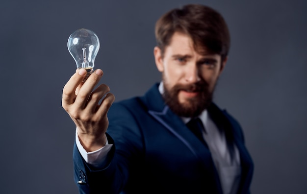 Idées de succès main homme cerveau fond gris vue recadrée