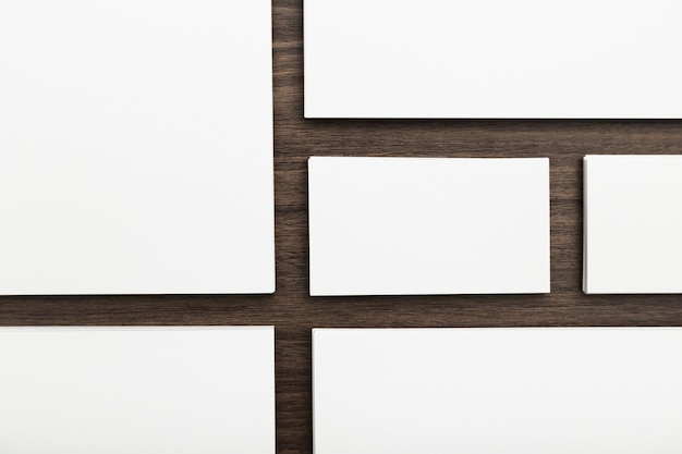 Identité de marque, cartes de visite sur un fond en bois brun foncé