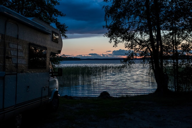Idilic vacantion- camping-car près du lac au coucher du soleil
