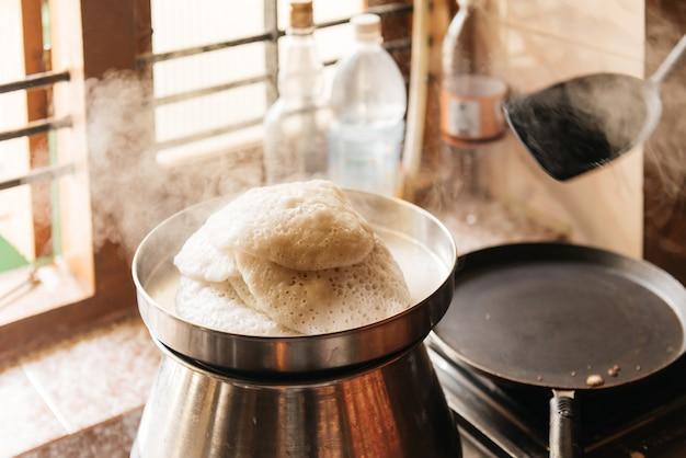 Idli ou gâteau de riz au petit-déjeuner salé paresseux de la cuisine nationale de l'inde