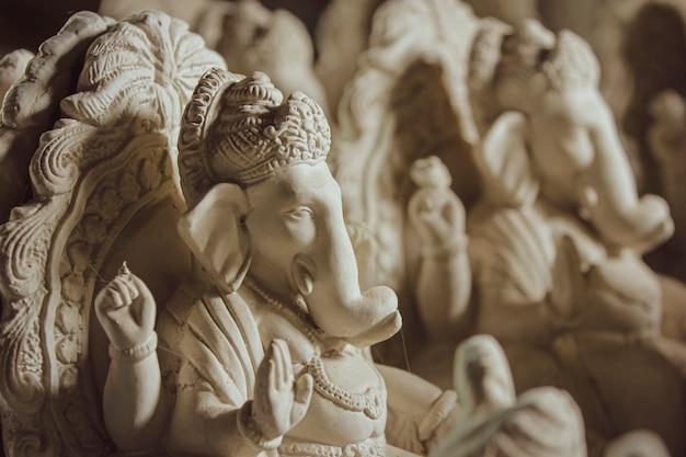 Idole de dieu ganesha faite avec du plâtre de paris