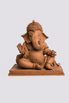 Idole ou murti écologique de ganesh ou ganpati fait maison, fait maison. mise au point sélective