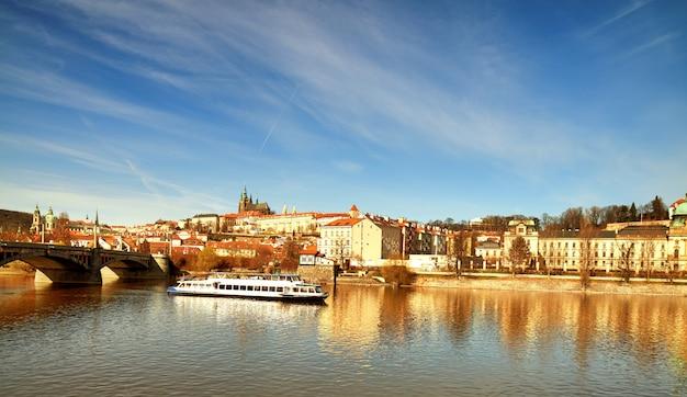 Iew sur la cathédrale saint-guy et le château de prague de l'autre côté de la rivière vltava