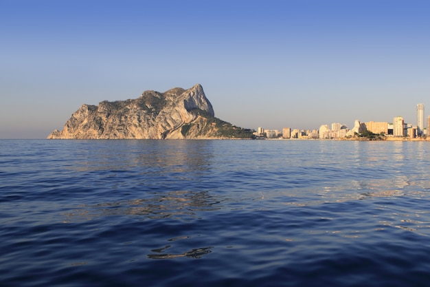 Ifach penon montagne à calpe de mer bleue