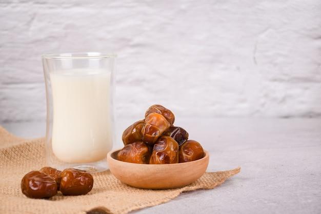 Iftar du ramadan aux dattes séchées fruits et lait copyspac
