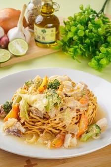 Ifumi est un plat de nouilles épaisses frites croustillantes indonésiennes populaire en asie du sud-est maritime