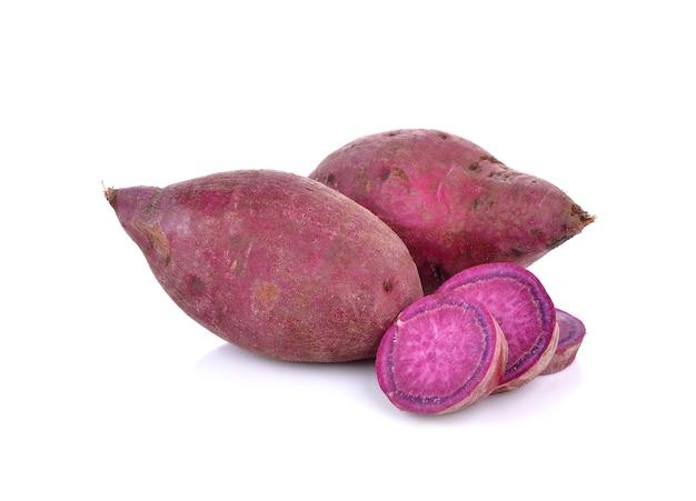 Ignames douces violettes sur fond blanc