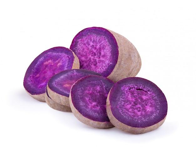Ignames violettes sur blanc isolé