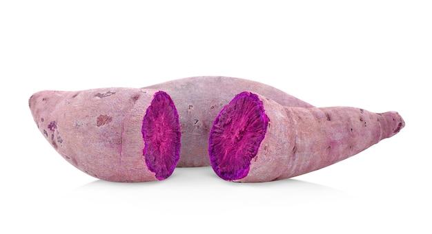 Ignames violettes isolés sur fond blanc.