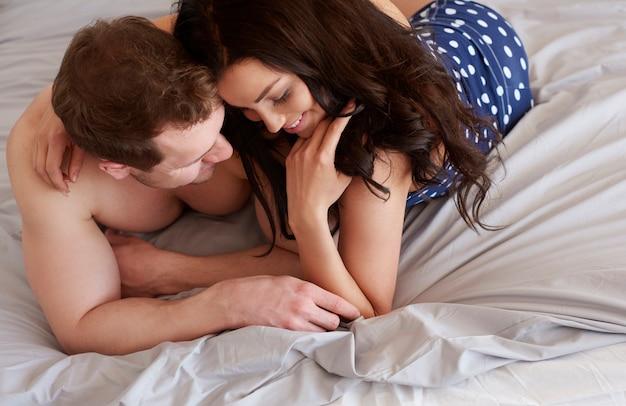 Il adore se réveiller à côté de son amour