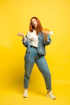 Il est plus facile d'être suiveur. pas besoin de prendre de photo avec de la nourriture. femme de race blanche sur fond jaune. beau modèle de cheveux roux féminin. concept d'émotions humaines, expression faciale, ventes, publicité.