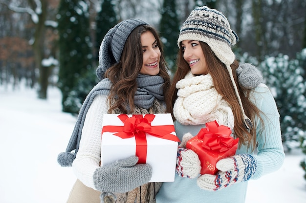 Il Est Temps D'échanger Des Cadeaux De Noël Photo gratuit