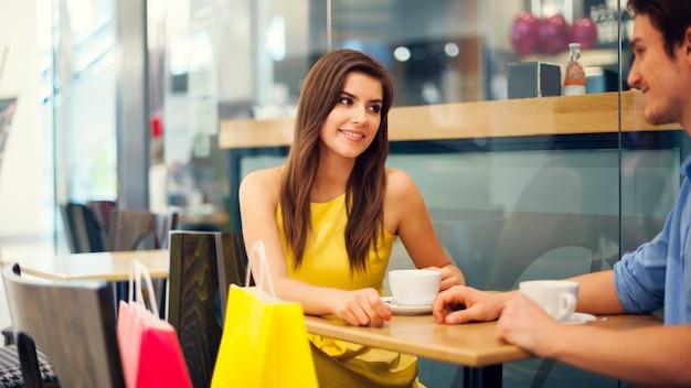 Il est temps de prendre un café après des achats réussis
