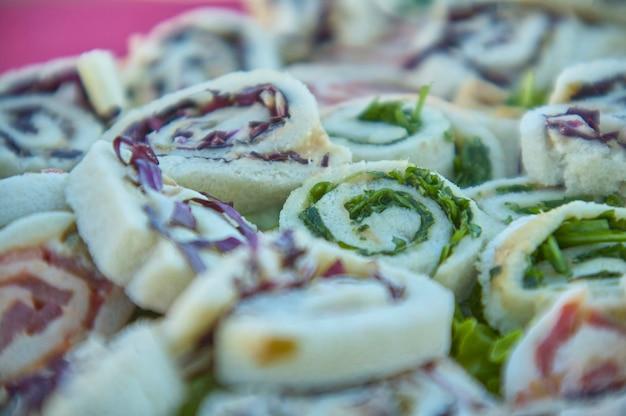 Il existe de nombreux lambeaux ronds en macro shot avec des légumes et du thon, idéal pour les apéritifs et les cocktails, symbole de la cuisine italienne créative et typique 2.