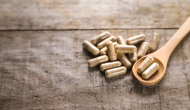 Il existe de nombreux suppléments à base de plantes en capsules. mise au point sélective. la nature.