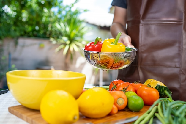 Il lave les fruits et les légumes.