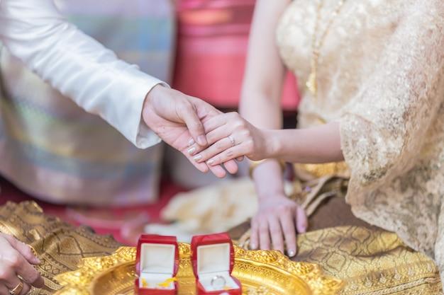 Il a mis la bague de mariage sur elle lors de la cérémonie de mariage